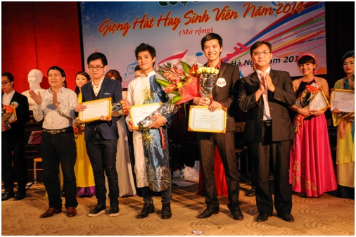 """CDIT đại diện cho Ptit trao giải cuộc thi """"Giọng hát hay sinh viên 2014 mở rộng"""" của trường ĐH Sư phạm nghệ thuật trung ương"""