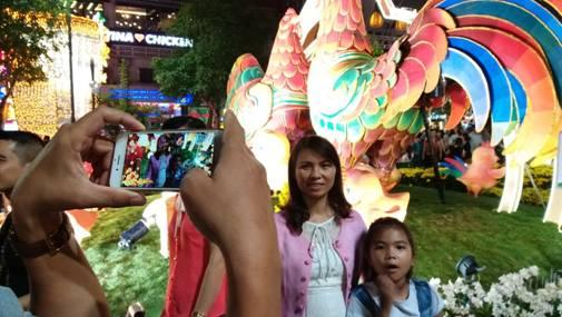 Chụp hình thực tế ảo làm tăng thêm sự mới lạ, hấp dẫn cho du khách tham quan đường hoa Nguyễn Huệ dịp Tết Đinh Dậu 2017